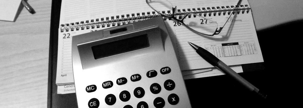 Taschenrechner liegt auf einem Kalender